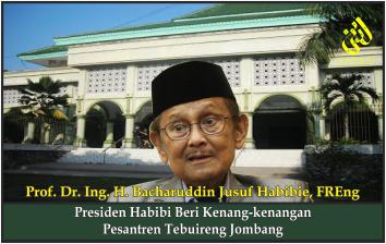 Presiden Habibi Beri Kenang-kenangan Pesantren Tebuireng Jombang