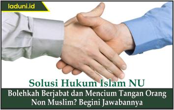 Bolehkah Berjabat dan Mencium Tangan Orang Non Muslim? Begini Jawabannya