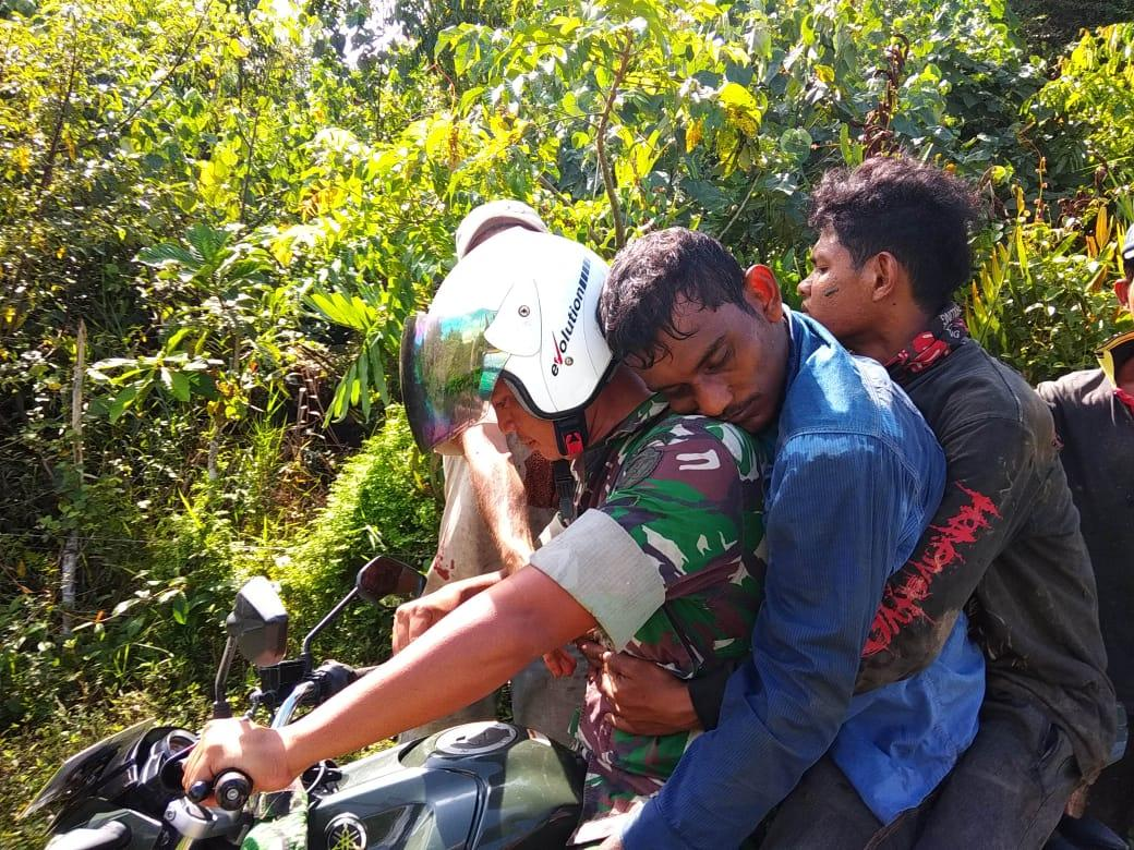 Babinsa Koramil Lamno Evakuasi Warga Korban Kecelakaan Kerja