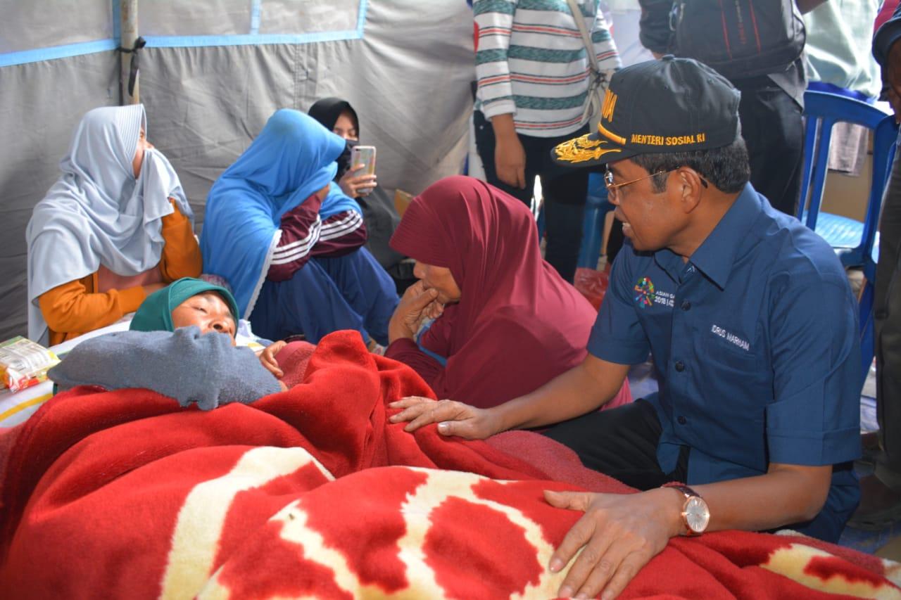 Kunjungi Korban Gempa Lombok Mensos Tenangkan Tangis Pengungsi Rumah Untuk