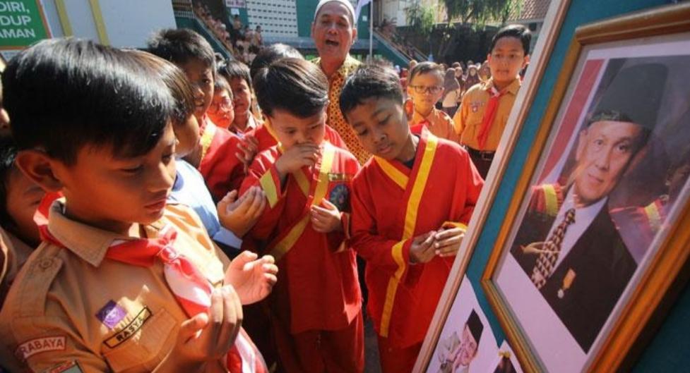 Kisah Presiden BJ Habibie Dongeng untuk Anak-Anak Negeri