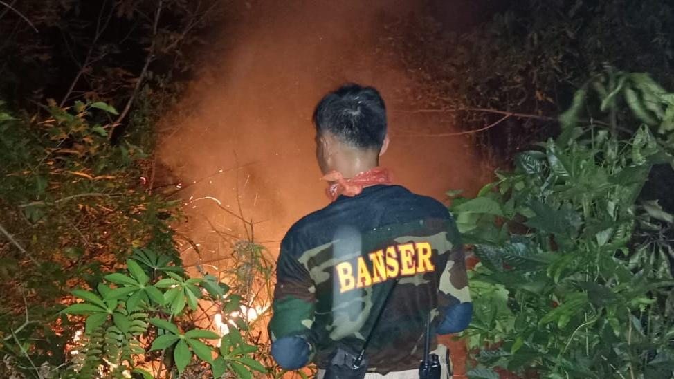 Koramil 1202-16/Sedau dan Banser Padamkan Kebakaran Hutan di Gunung Besar Singkawang