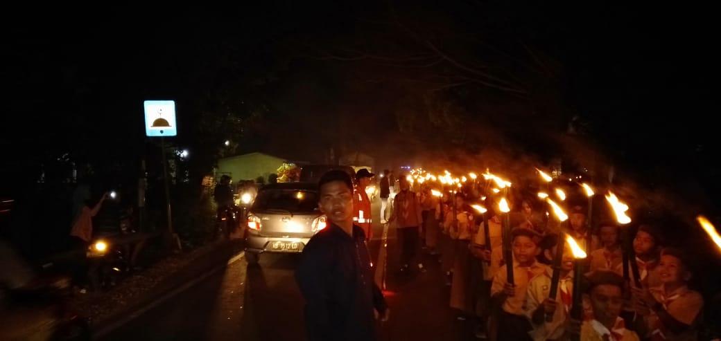 Meriahkan Hari Gerakan Pramuka Kwarran Sungai Pinyuh dan Peserta KKL IAIN Pontianak Gelar Pawai Obor