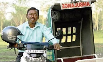 Orang India Ini Rela Jadi Ojek Ambulan Gratis untuk 4000 Orang di 20 Desa