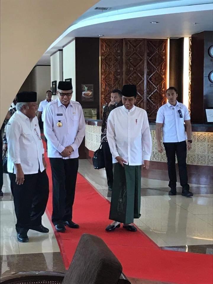 Jokowi Bersarung, Shalat Jum'at di Mesjid Raya Baiturrahman
