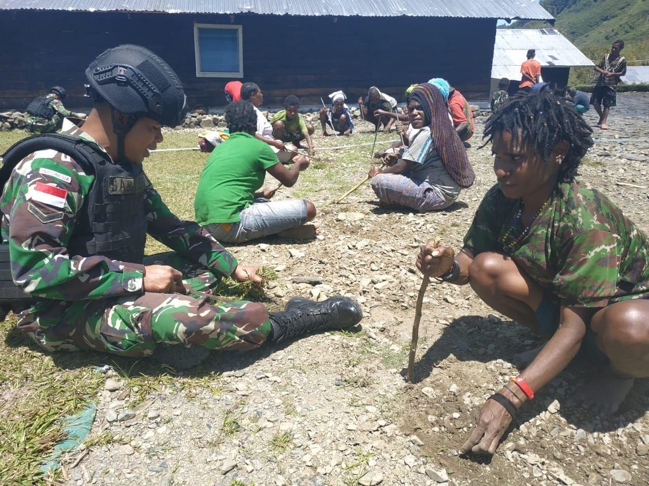 Wujudkan Lingkungan Asri, Satgas Pamtas RI-PNG Yonif Raider 514/Divif 2 Kostrad Bersihkan Halaman Ge