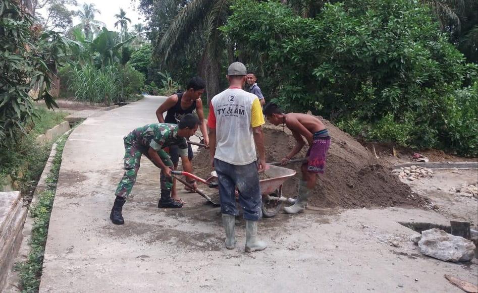 Babinsa Koramil 02/Krb Gotong Royong Bersama Masyarakat