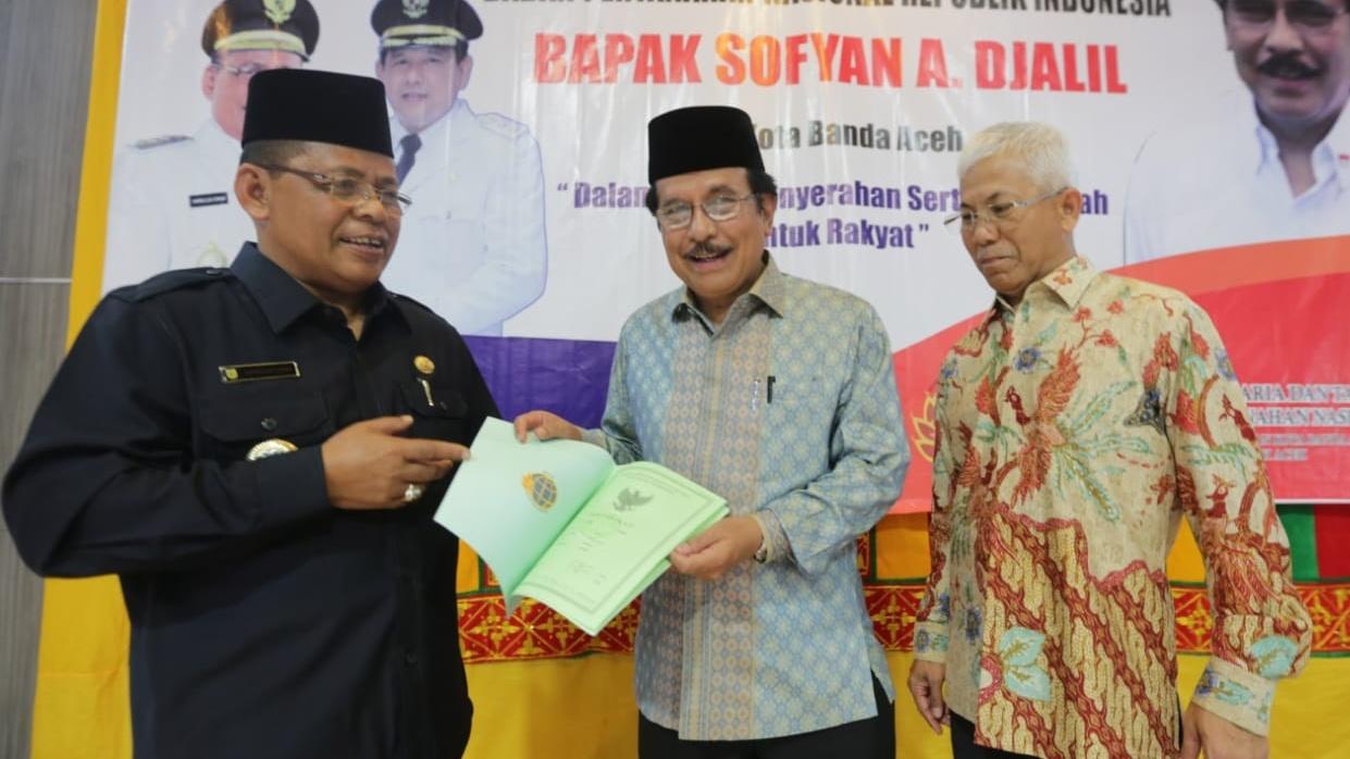 Menteri Agraria Serahkan Sertifikat Tanah