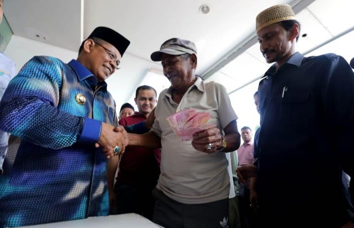 Fakir Miskin Terima Bantuan dari Baitul Mal Banda Aceh
