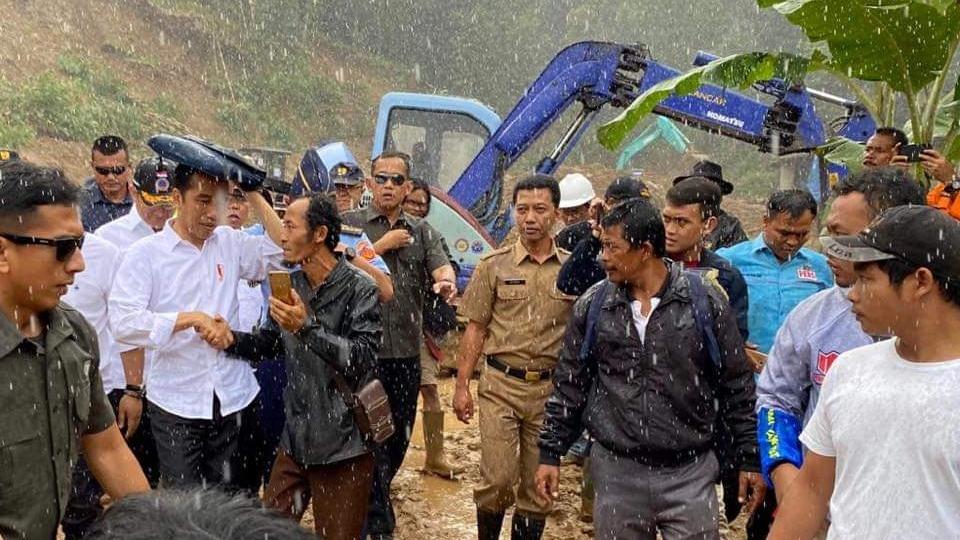 Jokowi Tinjau Penanganan Bencana Banjir di Sukajaya Bogor