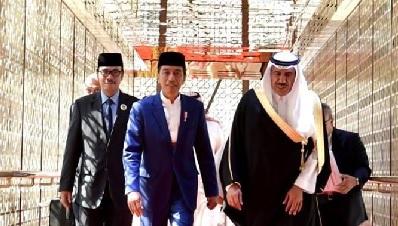 Berangkat Umroh, Presiden Jokowi Disambut Hangat Raja Salman dan Pangeran