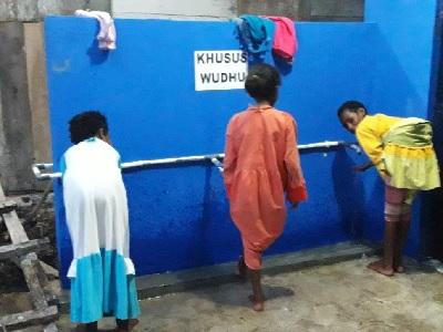 Santri Goes To Papua: Mengapa Anak Suku Kokoda Papua Sulit Memakai Sandal?
