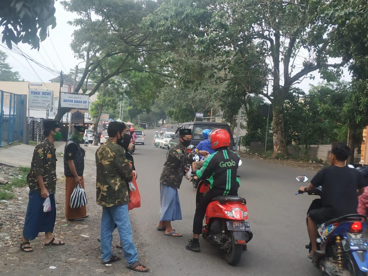 Satkoryon Banser Cianjur Kota Bagikan 100 Menu Takjil Buka Puasa