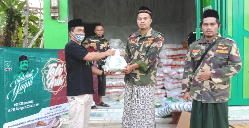 Peduli Terhadap Dampak Covid-19, Gus Yaqut Serahkan Bantuan APD dan Sembako untuk Warga