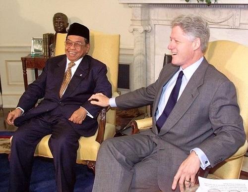 Kisah Saat Gus Dur Mengutus Tim Ekonomi Indonesia Temui Bill Clinton