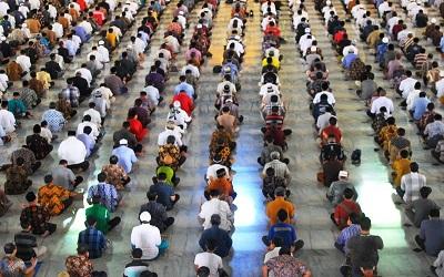 Masjid Al Akbar Surabaya Terapkan Batasan 1 Meter Saat Shalat Jumat