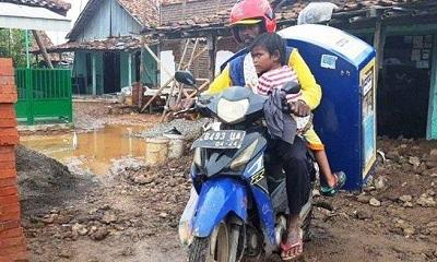 Perjuangan Tarmuji Jualan Roti Keliling Bersama Putrinya yang Lumpuh