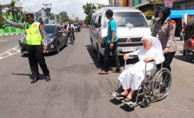 Momen Indah Saat Polwan Berhijab Bantu Suster Menuju Gereja