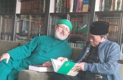 Cucu Syekh Abdul Qadir Jailani Perlihatkan Kain Kiswah pada Kiai Musthofa Aqil