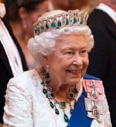 Dipakai di Resepsi Diplomatik, Kalung Zamrud Ratu Elizabeth II Jadi Perhatian